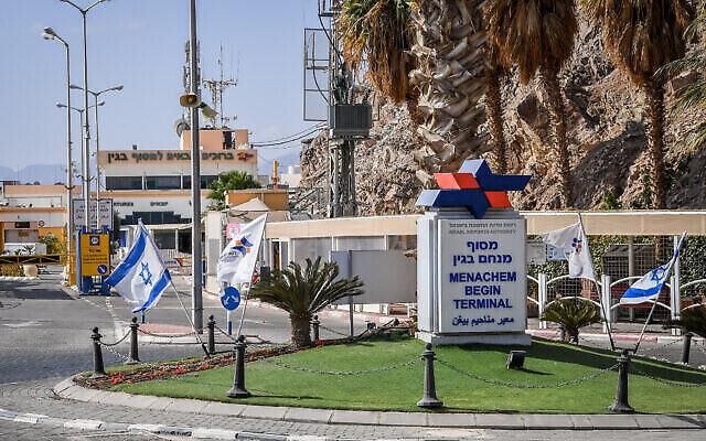 Une vue du poste-frontière de Taba vide, entre l'Égypte et Israël, une photo prise depuis la ville d'Eilat, dans le sud de l'État juif, le 28 janvier 2021. (Crédit : Flash90)