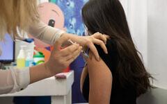 Une jeune Israélienne reçoit une injection de vaccin COVID-19, dans un centre de vaccination Clalit à Holon, le 4 février 2021. (Chen Leopold/Flash90)