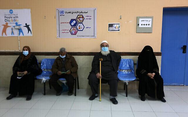 Des Gazaouis attendent de se faire vacciner à la COVID-19 dans un dispensaire de l'UNRWA à Rafah, dans le sud de la bande de Gaza, le 3 mars 2021. (Crédit : Abed Rahim Khatib/Flash90)