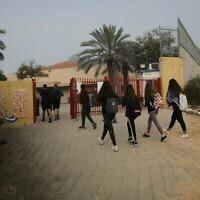 Des élèves israéliens portant des masques faciaux retournent à l'école à Yad Mordechai, le 7 mars 2021. (Flash90)