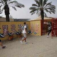 Photo d'illustration : Des élèves portent le masque pour retourner à l'école à  Yad Mordechai, le 7 mars 2021. (Crédit :  Flash90)
