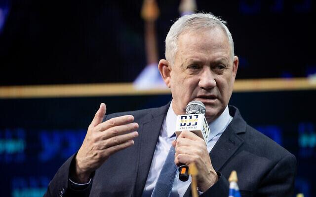 Le ministre de la Défense, Benny Gantz, prend la parole lors de la conférence annuelle de Jérusalem du groupe « Besheva » à Jérusalem, le 14 mars 2021. (Crédit : Yonatan Sindel / Flash90)