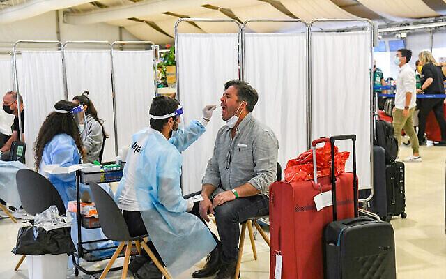 Des assistants médicaux testent des passagers pour la COVID-19 à l'aéroport international Ben Gurion près de Tel Aviv, le 8 mars 2021. (Flash90)