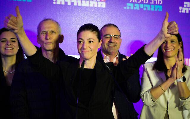 La dirigeante du Parti travailliste Merav Michaeli fait la fête avec ses partisans à Tel Aviv, le 23 mars 2021. (Avshalom Sassoni/Flash90)