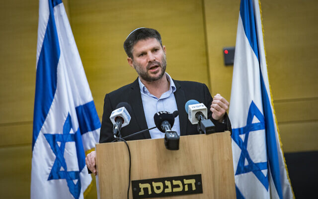 Le chef du Parti sioniste religieux Bezalel Smotrich fait une déclaration de presse à la Knesset, à Jérusalem, le 4 avril 2021. (Olivier FItoussi/Flash90)