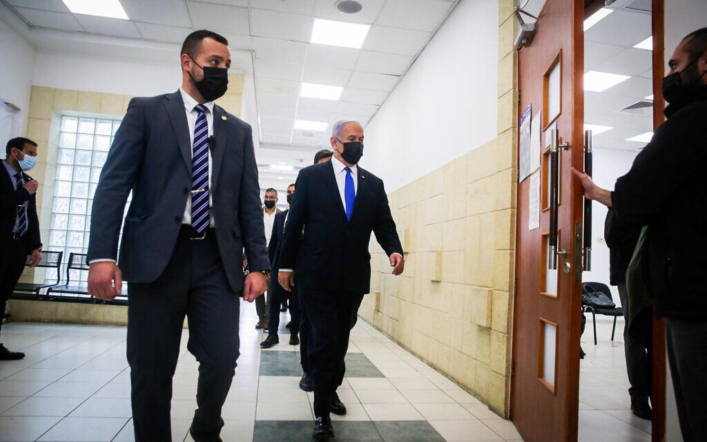 Le Premier ministre Benjamin Netanyahu arrive pour la première session de la phase probatoire de son procès au tribunal de district de Jérusalem le 5 avril 2021. Il a quitté l'audience après la déclaration d'ouverture du procureur principal, avant le début des témoignages, à sa propre demande et avec la permission des juges. (Oren Ben Hakoon/POOL)