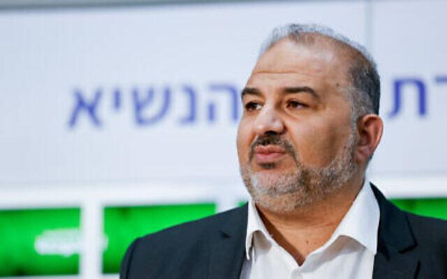Mansour Abbas, chef du parti Raam, fait une déclaration après avoir rencontré le président Reuven Rivlin à la résidence du président à Jérusalem, le 5 avril 2021. (Yonatan Sindel/Flash90)