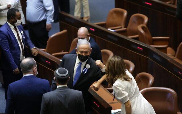 Le Premier ministre Benjamin Netanyahu lors de la prestation de serment de la 24e Knesset, le 6 avril 2021. (Crédit : Alex Kolomoisky/POOL)
