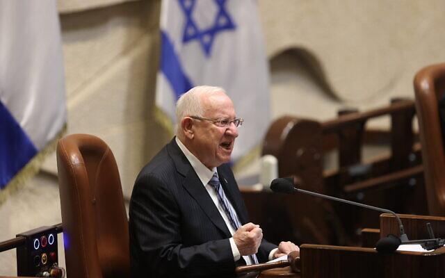 Le président Reuven Rivlin lors de la cérémonie de prestation de serment de la 24è Knesset, le 6 avril 2021. (Crédit : Alex Kolomoisky/Pool/Flash90)