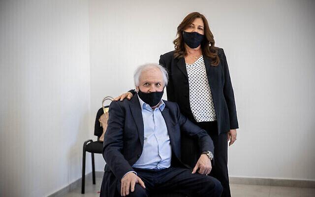 L'homme d'affaires israélien Shaul Elovitch et sa femme Iris au tribunal de district de Jérusalem, le 6 avril 2021. (Yonatan Sindel / Flash90)