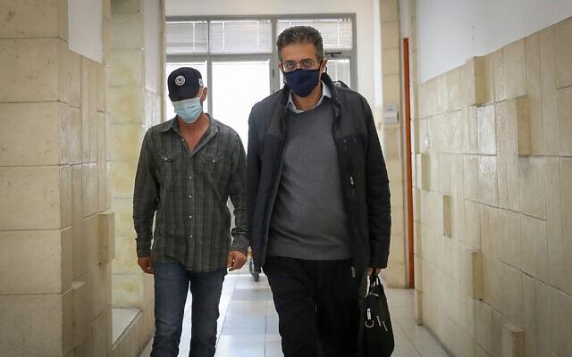 Ilan Yeshua arrive à la Cour de district de Jérusalem pour une audience dans le procès pour corruption du Premier ministre Benjamin Netanyahu l'Affaire 4000, qui vise le Premier ministre Benjamin Netanyahu, le 6 avril 2021. (Crédit :  Yonatan Sindel/FLASH90)