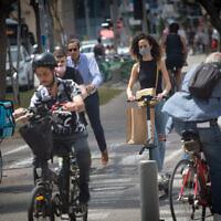 Des Israéliens portent un masque de protection à Tel Aviv, le 7 avril 2021. (Crédit : Miriam Alster/FLASH90)