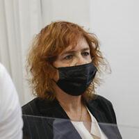 Liat Ben-Ari, la procureure dans le procès pour corruption du Premier ministre Benjamin Netanyahu, arrive à la cour de district de Jérusalem, le 7 avril 2021. (Crédit : Yonatan Sindel/FLASH90)