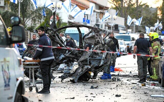 Les forces de sécurité inspectent la scène où un homme est mort dans l'explosion d'une voiture à Holon, le 11 avril 2021. (Crédit : Flash90)