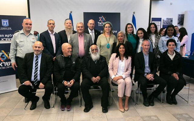 La ministre de la Culture Chili Tropper , 2è à droite, devant, et la ministre Miri Regev, 3è à droite, premier rang, posent pour une photo avec celles et ceux qui allumeront des torches lors de la cérémonie de la 73è Journée d'Indépendance, le 12 avril 2021. (Crédit : Olivier Fitoussi/Flash90)