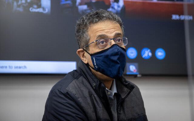 L'ancien PDG du site d'information Walla Ilan Yeshua arrive pour son témoignage dans l'affaire contre le Premier ministre Benjamin Netanyahu au tribunal de district de Jérusalem, le 12 avril 2021. (Yonatan Sindel/Flash90)