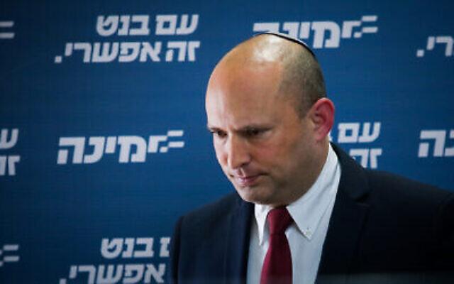 Le chef du parti Yamina, Naftali Bennett, prend la parole lors d'une réunion de faction à la Knesset à Jérusalem, le 12 avril 2021. (Yonatan Sindel/Flash90)