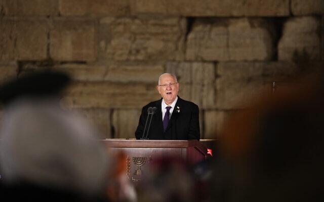 Le président Reuven Rivlin s'exprime lors d'une cérémonie marquant Yom HaZikaron au mur Occidental dans la Vieille Ville de Jérusalem, le 13 avril 2021. (Crédit : Olivier Fitoussi/Flash90)