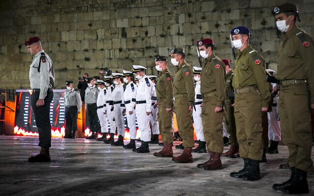 Des soldats israéliens se tiennent immobiles pendant la cérémonie marquant le jour du Souvenir en l'honneur des soldats israéliens tombés au combat et des victimes du terrorisme, au mur Occidental de la Vieille Ville de Jérusalem, le 13 avril 2021. (Crédit : Olivier Fitoussi / Flash90)
