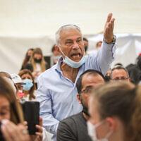 Un homme réagit pendant le discours du Premier ministre Benjamin Netanyahu lors d'une cérémonie commémorative d'Etat pour les victimes du terrorisme, au cimetière militaire du Mont Herzl à Jérusalem, le 14 avril 2021. (Noam Revkin Fenton/Flash90)