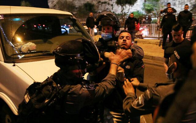 Des gardes-frontières aux prises avec des Palestiniens aux abords de la porte de Damas dans la Vieille Ville de Jérusalem, le 15 avril 2021. (Crédit : Jamal Awad/Flash90)