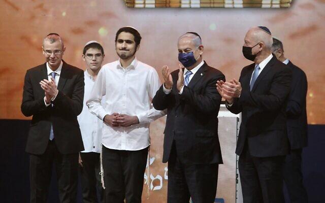 Le Premier ministre Benjamin Netanyahu (2e en partant due la droite) assiste au concours biblique annuel organisé au théâtre de Jérusalem le jour de Yom HaAtsmaout, le 15 avril 2021. (Marc Israel Sellem/POOL)