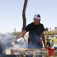 Un Israélien fait un barbecue au parc Sacher à Jérusalem Yom HaAtsmaout, la fête de l'indépendance, le 15 avril 2021. (Yonatan Sindel/Flash90)