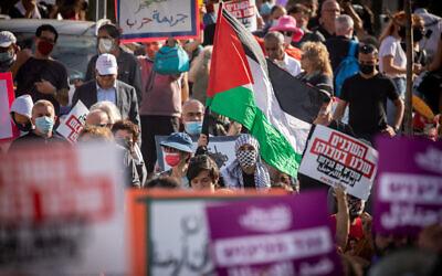 Des centaines de Palestiniens et de militants juifs de gauche manifestent contre l'expulsion des résidents palestiniens de Sheikh Jarrah à Jérusalem-Est, le vendredi 16 avril 2021. (Crédit : Yonatan Sindel/Flash90)