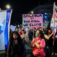 Les Israéliens manifestent contre le Premier ministre Benjamin Netanyahu aux abords de la résidence officielle de Jérusalem, le 17 avril 2021. (Crédit : Olivier Fitoussi/Flash90)
