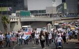Des vétérans israéliens et des soldats handicapés de Tsahal manifestent devant le ministère de la Défense à Tel Aviv pour une amélioration de l'aide financière et médicale, le 18 avril 2021. (Miriam Alster/Flash90)