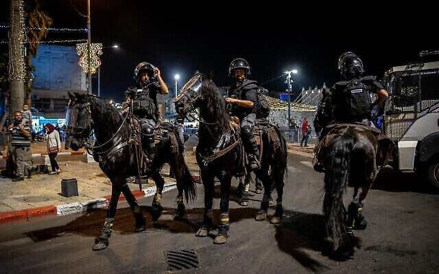 Des officiers de police montent la garde pendant les affrontements entre les Palestiniens et la police israélienne devant la Porte de Damas à Jérusalem, le 18 avril 2021. (Crédit : Yonatan Sindel/Flash90)