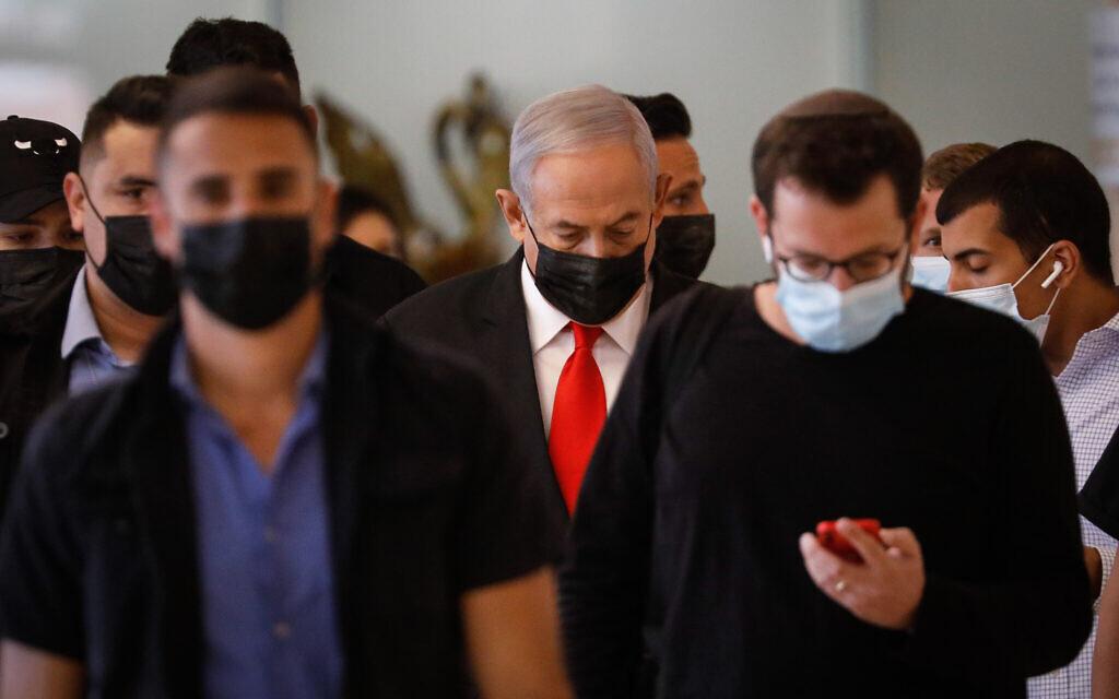 Le Premier ministre Benjamin Netanyahu (au centre) arrive à une réunion du parti Likud à la Knesset à Jérusalem, le 19 avril 2021. (Olivier Fitoussi/Flash90)