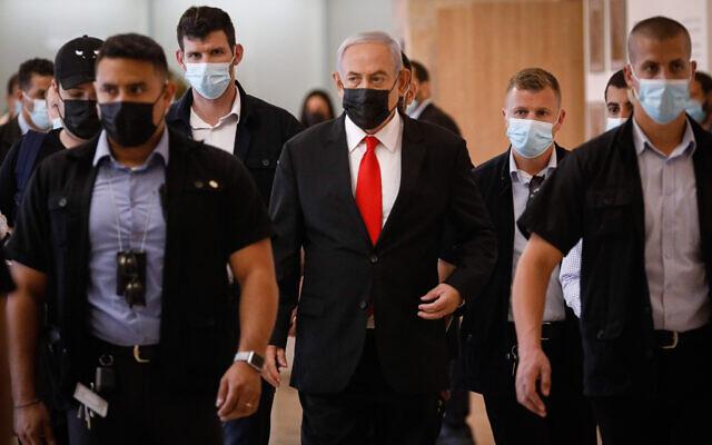 Le Premier ministre israélien Benjamin Netanyahu, au centre, arrive pour sa réunion de faction à la Knesset de Jérusalem, le 19 avril 2021. (Crédit :  Olivier Fitoussi/Flash90)
