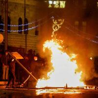 Des agents de police israéliens affrontent des manifestants arabes aux abords de la porte de Damas, à Jérusalem, le 22 avril 2021. (Crédit : Olivier Fitoussi/Flash90)