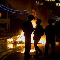 Les agents de la police israélienne affrontent les Palestiniens aux abords de la porte de Damas, dans la Vieille Ville de Jérusalem, le 22 avril 2021. (Crédit : Olivier Fitoussi/Flash90)