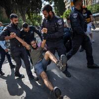 Des policiers interpellent un participant à une manifestation contre le Premier ministre Benjamin Netanyahu, devant la résidence du Premier ministre à Jérusalem, le 24 avril 2021. (Yonatan Sindel/Flash90)