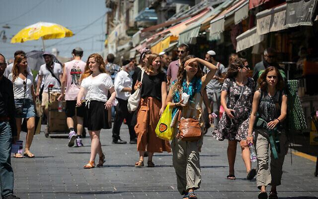 Illustration. Des Israéliens font leurs courses au marché Mahane Yehuda de Jérusalem, le 25 avril 2021. (Crédit : Olivier Fitoussi/Flash90)