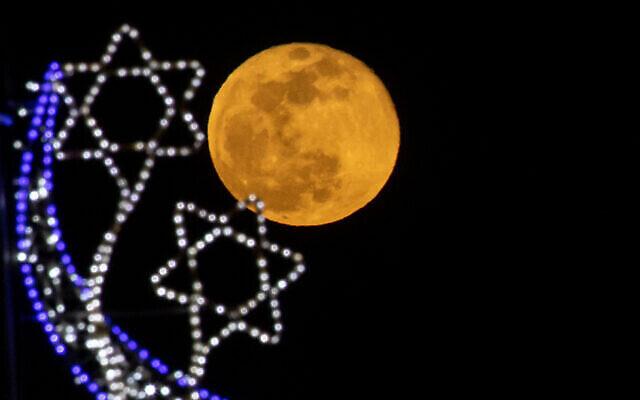 La super lune rose au dessus de Jérusalem, le 27 avril 2021. (Crédit : Yonatan Sindel/Flash90)