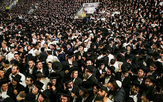 Des milliers de Juifs ultra-orthodoxes célèbrent Lag B'Omer lors d'un rassemblement sur le mont Meron, dans le nord d'Israël, le 29 avril 2021. (Crédit : David Cohen / Flash90)