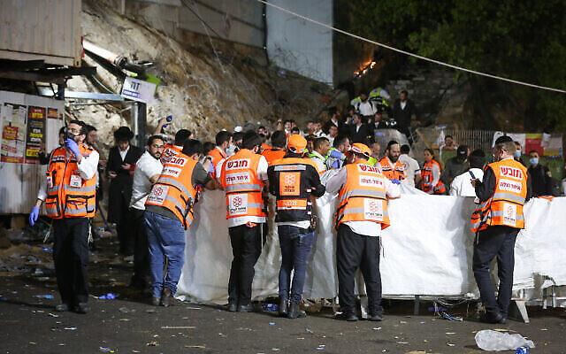 Des agents de sécurité israéliens et des sauveteurs sur le lieu de pèlerinage lors des célébrations de Lag B'Omer au mont Meron, où une bousculade mortelle a eu lieu, le 30 avril 2021. (Crédit : AP)