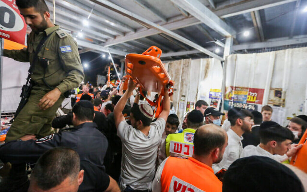 Les secouristes et la police israélienne après un incident qui a tué et blessé des dizaines de personnes, lors des célébrations de la fête juive de Lag B'Omer, au mont Meron, dans le nord d'Israël, le 30 avril 2021. (Crédit : David Cohen / Flash90)