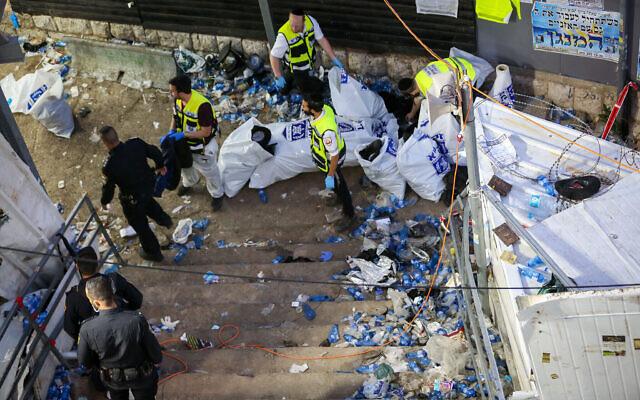 Des agents de sécurité israéliens et des secouristes sur le site d'une bousculade mortelle lors des festivités de Lag BaOmer au Mont Meron, dans le nord d'Israël, le 30 avril 2021. (Crédit : David Cohen/Flash90)