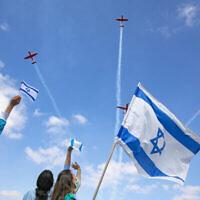 Le personnel médical israélien applaudit une équipe de voltige aérienne israélienne qui survole l'hôpital Shaarei Tsedek à Jérusalem le 72e Yom HaAtsmaout d'Israël, le 29 avril 2020. (Crédit : Olivier Fitoussi / Flash90)