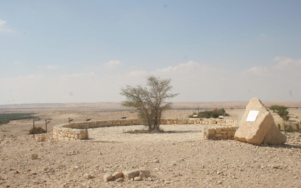 Le mémorial en hommage aux commandos français morts au sein de l'armée israélienne pendant la guerre de l'Indépendance, situé au sud de Beer sheva. (Crédit : Shmuel Bar-Am)
