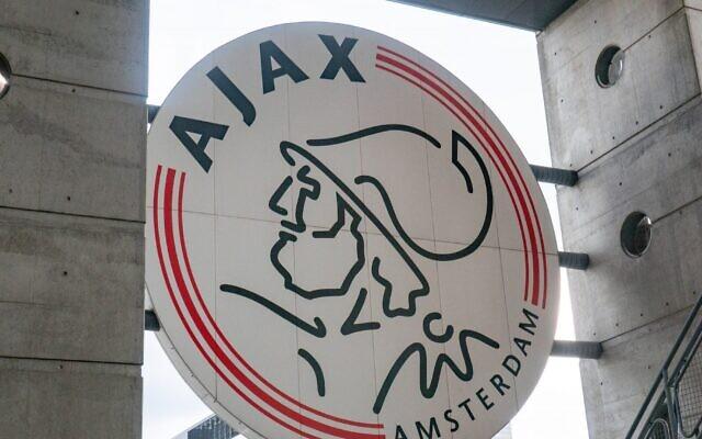 Le logo de l'Ajax dans le stade de l'équipe à Amsterdam. (Nicolas Economou/NurPhoto via Getty Images, via JTA)