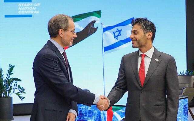 L'ambassadeur des EAU en Israël, Mohamed Mahmoud Al Khajah, à droite, et le PDG de Start-Up Nation Central, Eugene Kandel, le 11 avril 2021 (Eyal-Marilu).