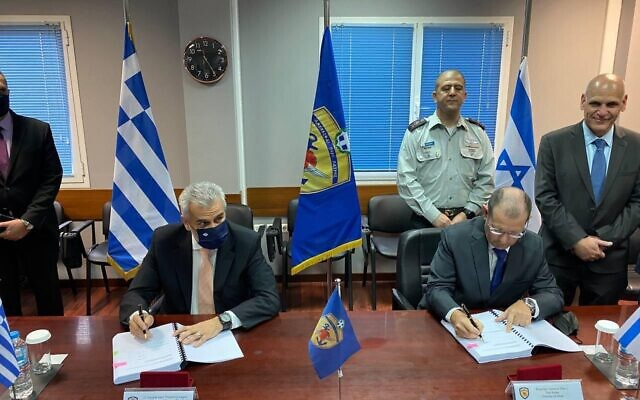 Le directeur général grec de la Direction générale des investissements de défense et des armements, Theodoros Lagios, (à gauche), et le chef de la Direction de la coopération internationale en matière de défense du ministère israélien de la Défense, Yair Kulas, signent un important contrat de défense entre les deux pays le 16 avril 2021. (Ministère grec de la défense nationale)