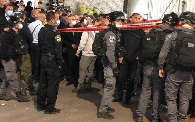Les agents de police sur le site d'une fusillade meurtrière dans la ville de Deir Al-Asad, dans le nord du pays, le 9 avril 2021. (Crédit : Police israélienne)