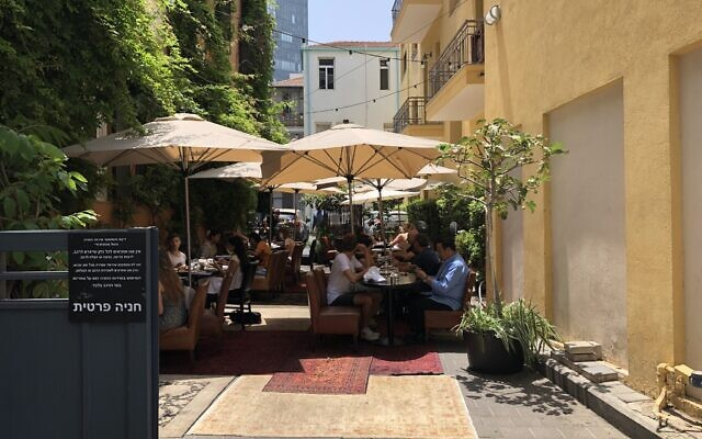 L'hôtel Montefiore à Tel Aviv a transformé son parking en espace de restauration en plein air pendant la saison estivale du coronavirus, juillet 2020. (Jessica Steinberg/Times of Israel)