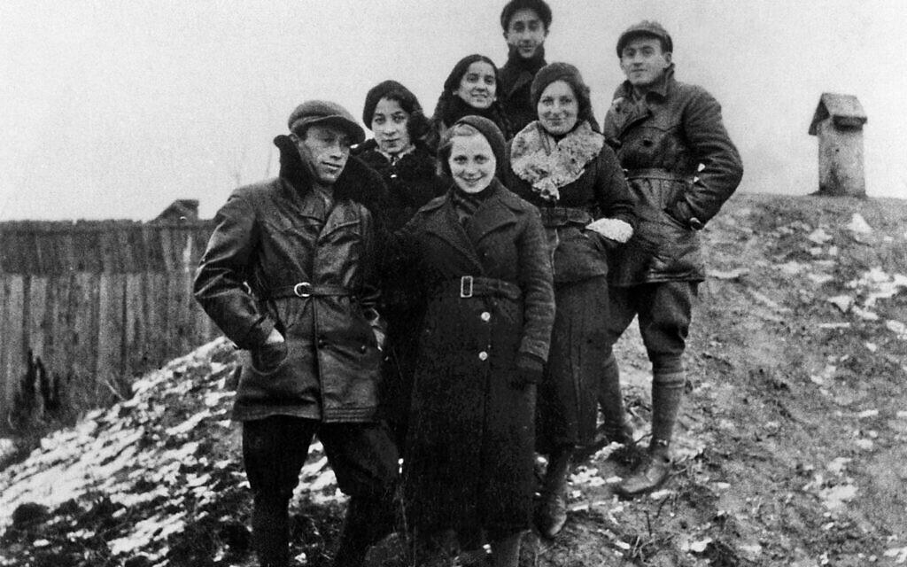 Frumka Płotnick, deuxième à droite, parmi des camarades de la communauté pionnière de formation à Bialystok, en 1938. (Autorisation :  Ghetto Fighters' House Museum, Photo Archive)